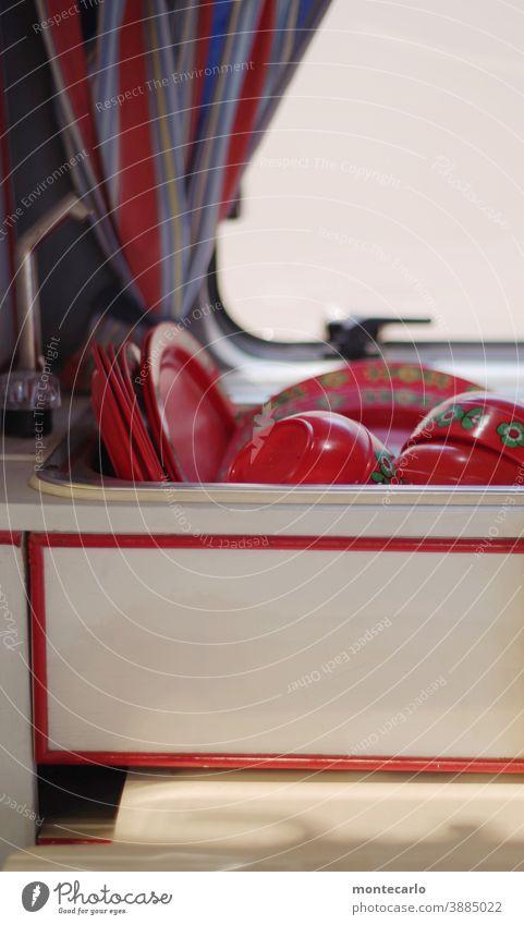Retro Campingabwasch im Waschbecken des Wohnwagens Wohnen good old times einfach Vergangenheit Früher Retro-Trash Retro-Farben bunt Fenster skurril stylisch