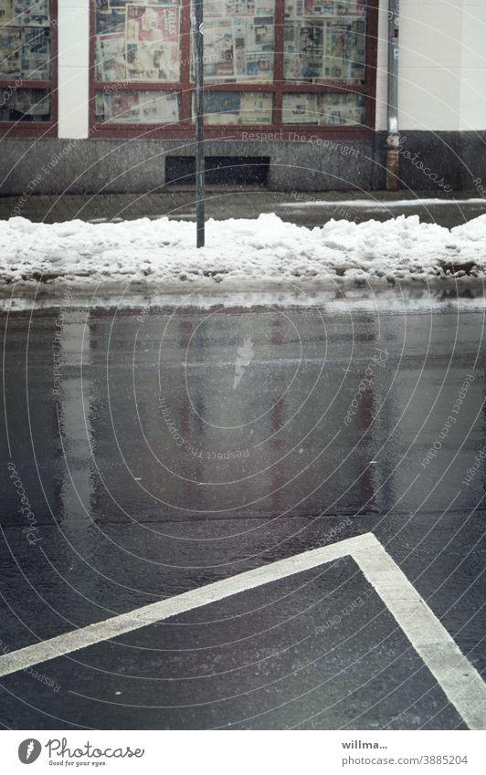 Schmuddelwetter Schneereste Winter kalt nass Tauwetter Straße Fahrbahnmarkierung Geschäft Laden trist grau geschlossen bankrott Insolvenz Ladengeschäft