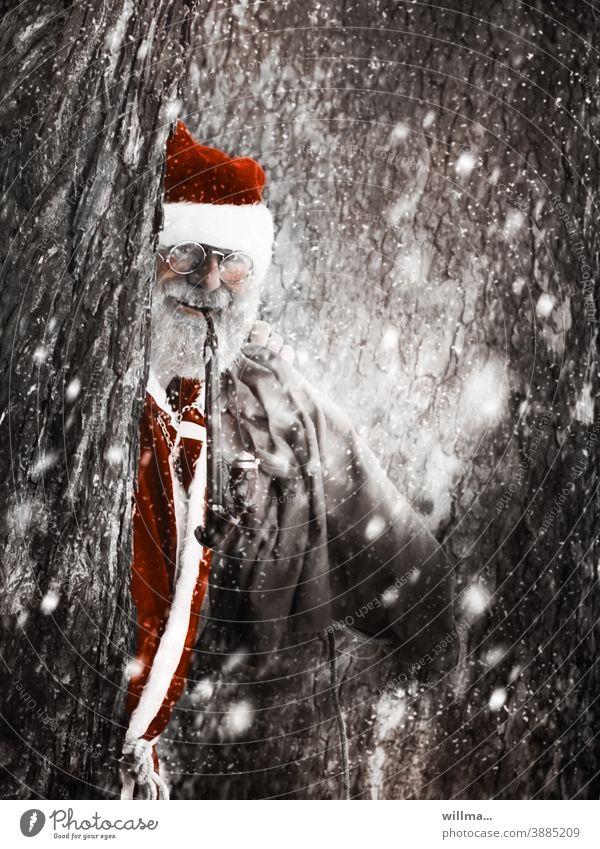 Weihnachtsmann schaut hinter verschneiten Bäumen hervor Nikolaus Weihnachtskostüm Weihnachten & Advent Vorfreude Winter Mann Mensch Erwachsene