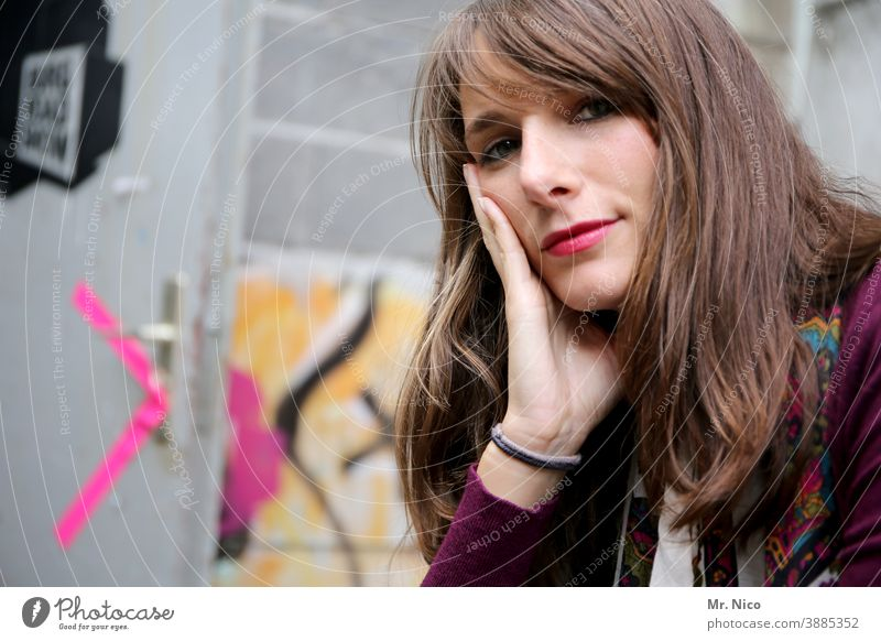 woman langhaarig brünett Frau schön feminin Porträt Lifestyle natürlich Sympathie authentisch Haare & Frisuren nachdenklich gutaussehend Ausstrahlung intensiv
