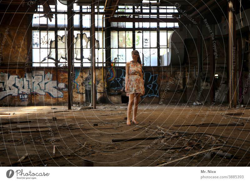 Modenschau Frau Kleid Sommerkleid Ruine lost places Coolness trendy abrissreif selbstbewußt Lifestyle elegant Stil Industrieanlage Fabrik Halle Graffiti