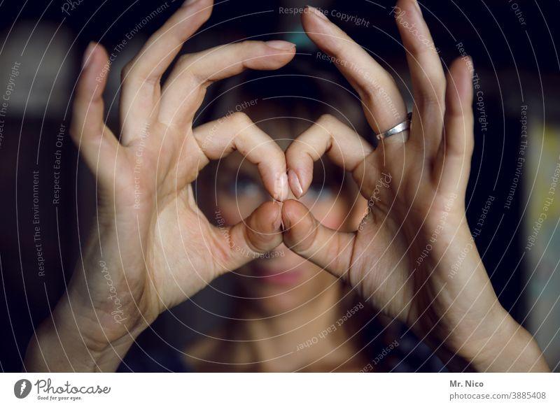 den Durchblick behalten Sehvermögen Überwachung sehen Blick geste imitieren Brille spionieren Hände Sehtest verstecken begutachten Fernglas Auge beobachten