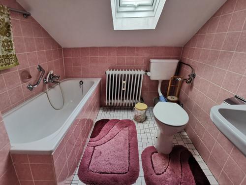 Altes Badezimmer unterm Dach in altrosa Farbtönen Toilette Badewanne Kacheln Fliesen u. Kacheln Altbau billig Miete Heizkörper Waschbecken Dusche Sanitär