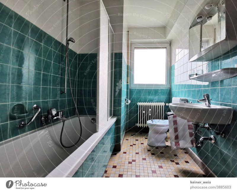 Schöner wohnen im Badezimmer mit grün und weiß in deiner Mietwohnung Fliesen u. Kacheln Bodenfliesen Installation Handwerk Duschtrennwand Toilette Waschbecken