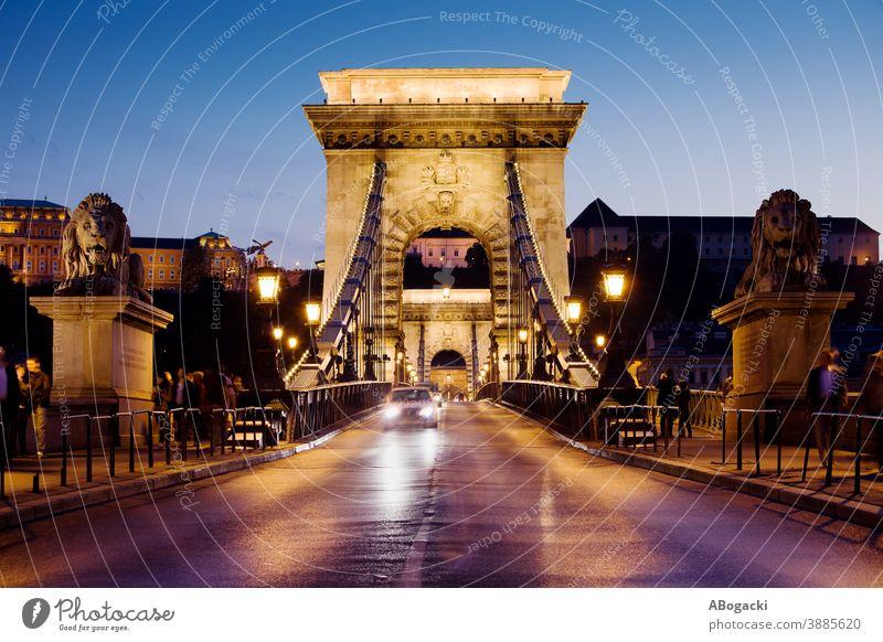 Kettenbrücke bei Nacht in Budapest, Ungarn Straße anketten Brücke szechenyi Großstadt Abend Abenddämmerung Dämmerung urban Landschaft Verkehr Lichter beleuchtet
