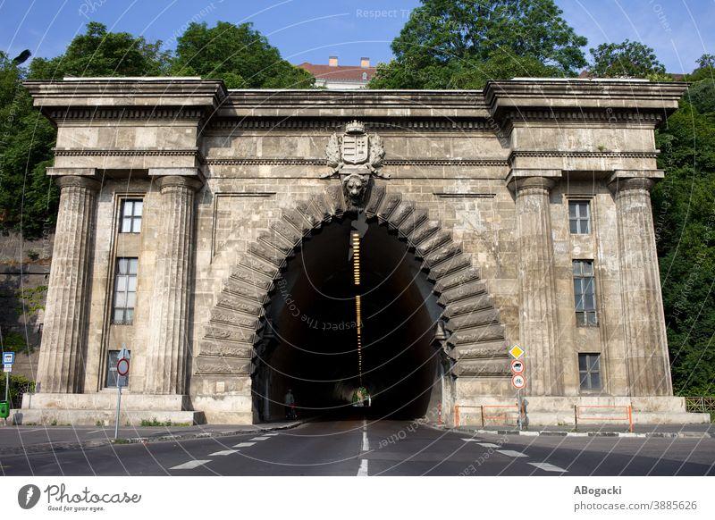 Buda-Tunnel unter dem Burgberg, 1856 eröffnet, 350 Meter lang, in der Stadt Budapest, Ungarn. Stollen Eingang Wahrzeichen historisch Gebäude Struktur Straße