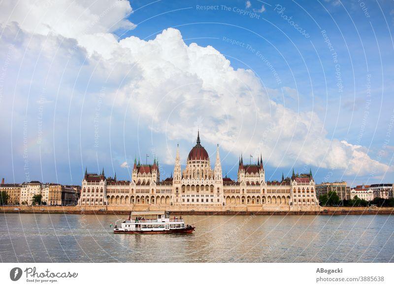 Ungarisches Parlamentsgebäude in Budapest, Ungarn, Donau mit Passagierschiff und dramatischem Himmel. Gebäude Fluss Großstadt Wahrzeichen Denkmal magyar Wasser