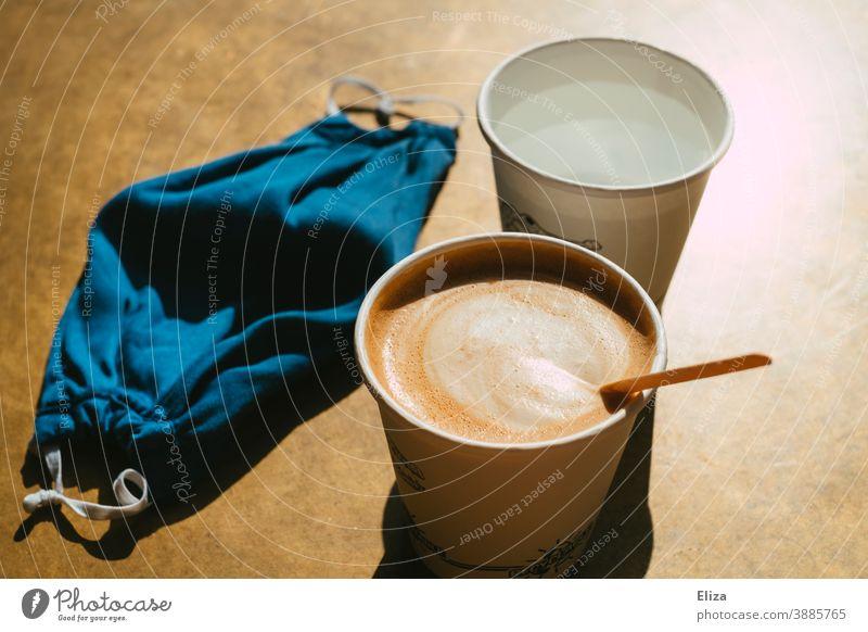 Coffee to go trinken, weil wegen Corona to stay nicht erlaubt ist Kaffee take away Café gastronomie Maske Stoffmaske Einweggeschirr Pappbecher Gastronomie