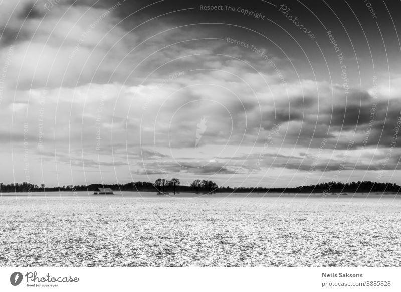 Wolken über verschneitem Winterfeld Hintergrund Hintergrundmaterial schön schwarz Textfreiraum Hügel horizontal positionieren Landschaft Material Natur