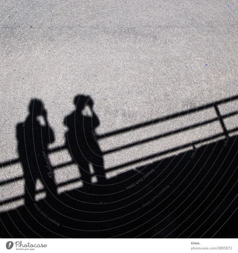 Lichtfänger menschen silhouette brücke taun fotografieren konzentration asphalt stehen hingabe parallel schatten sonnig perspektive halten