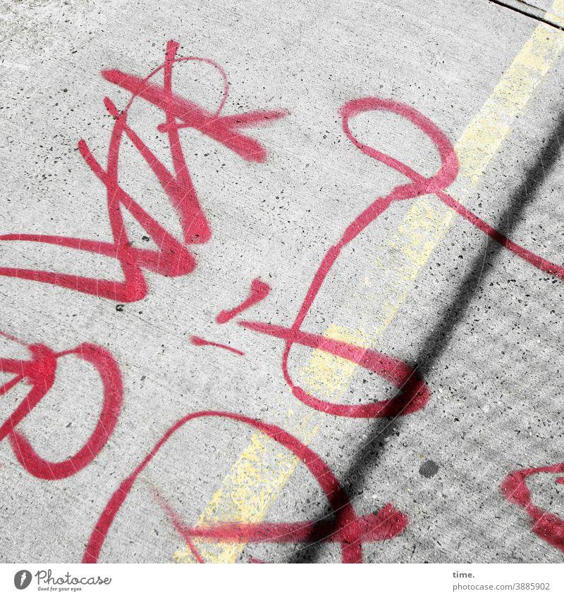 systemrelevant | Schriftzeichen schrift text boden straße absatz fahrweg bürgersteig rot linie wort grafitti symbol hart sonnig belag botschaft information