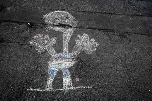 Kreidemänchen Kreidezeichnung Malerei Kindererziehung Gemälde Spielen Straße Freude Kindheit Kunst Kreativität Asphalt Freizeit & Hobby Strassenmalerei