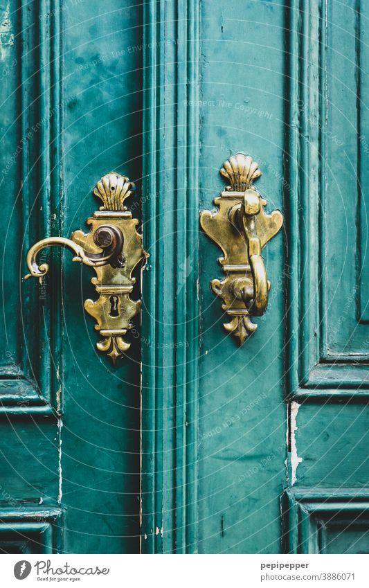 alter goldener Türgriff Griff Menschenleer Eingang Holz Holztür Strukturen & Formen Holztor geschlossen Eingangstür Außenaufnahme Detailaufnahme Metall Schloss
