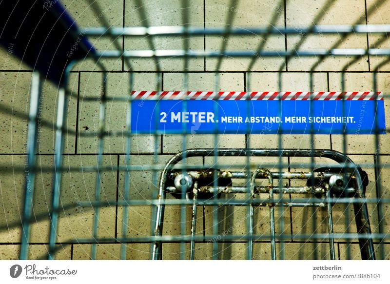 2 Meter Abstand auswahl bedarf discounter einkauf einkaufen einkaufswagen ernährung essen lebensmittel lebensunterhalt markthalle shopping sortiment supermarkt