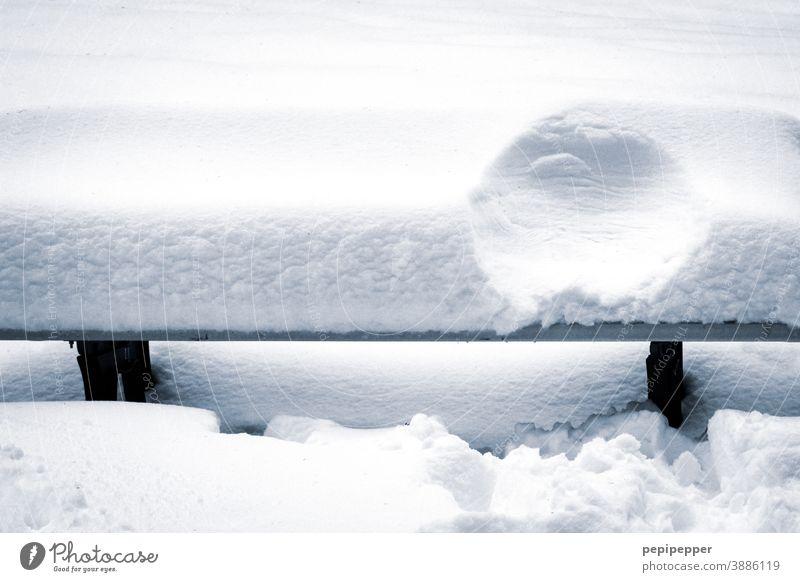 Schneebedeckte Bank mit Poabdruck Winter Einsamkeit kalt Frost Eis ruhig Außenaufnahme weiß frieren Menschenleer gefroren Natur Parkbank Nahaufnahme Raureif