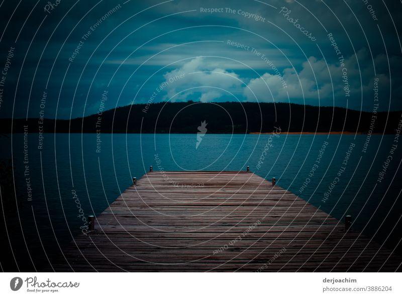 *700*  Mit Anlauf zum nächsten Lavel // Ein Holzsteg zum See. Mit Blick zur Insel. Von weißen  Wolken  verwöhnt. Die Dämmerung hat schon eingesetzt. Natur