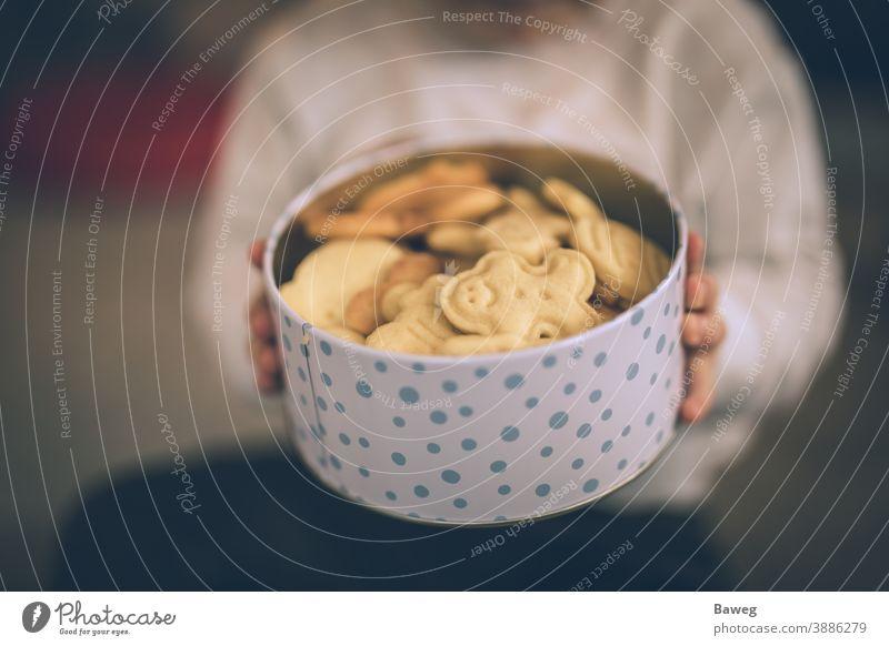 Junge hält Keksdose in der Hand. Kind Cookies Glas Kasten Halt Beteiligung Blende Weihnachten Tiefenschärfe Genießer Genuss Familie Lebensmittel Spaß Generation