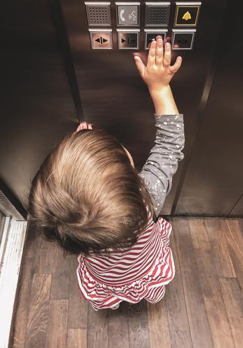Mädchen drückt den Fahrstuhlknopf und macht die Tür zu Kind Kleinkind Farbfoto Mensch Tag 1-3 Jahre 3-8 Jahre mehrfarbig drücken fahrstuhlkabine Innenaufnahme
