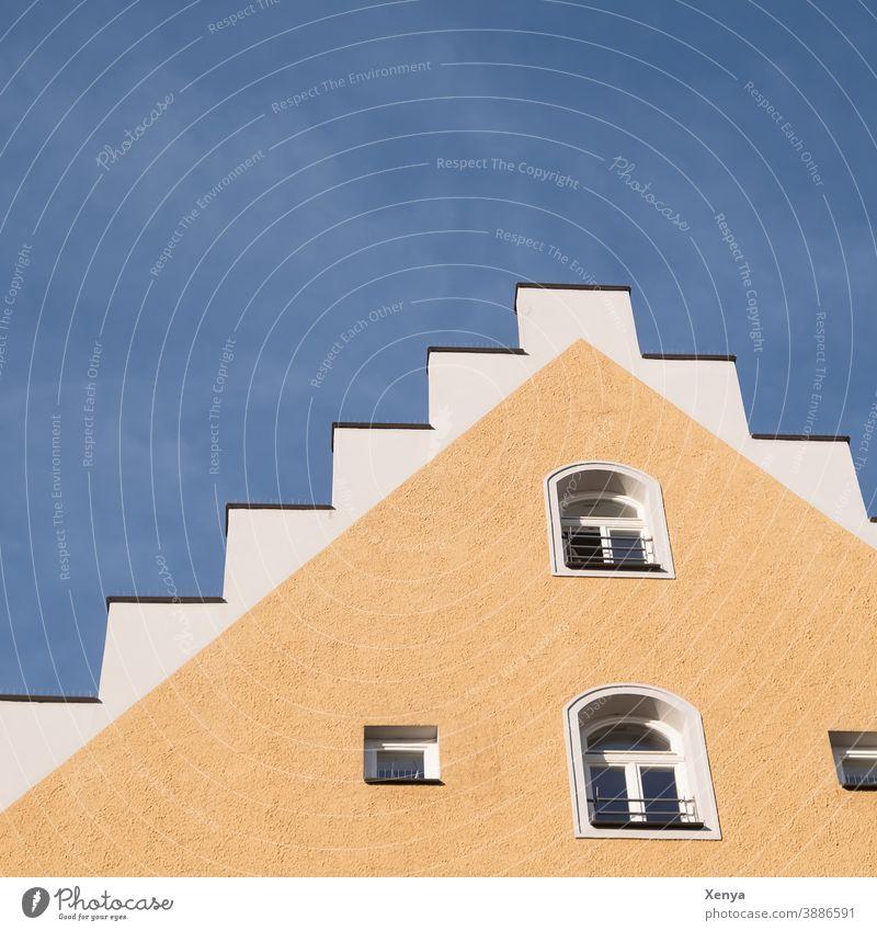 Hausgiebel gelb Giebel Himmel blau Tageslicht Fenster Gebäude Fassade Dach Wand Menschenleer Mauer Außenaufnahme Textfreiraum oben Stadt Bauwerk Ingolstadt