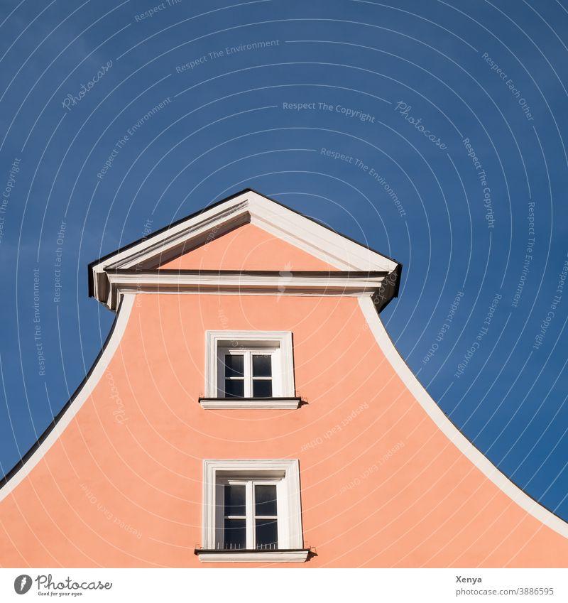 Hausgiebel Giebel rosa Himmel Fenster quadratisch Tageslicht Ingolstadt Gebäude Fassade Menschenleer Stadt Dach Außenaufnahme Farbfoto Bauwerk Wand Mauer