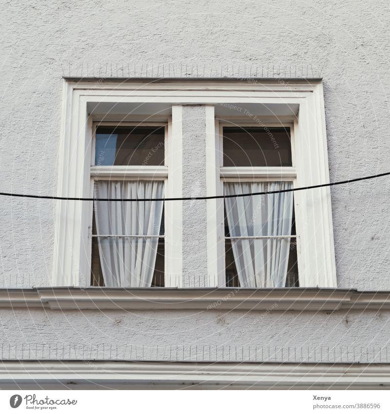 Fenster grau Einsamkeit Traurigkeit Fassade Wand Gebäude trist Außenaufnahme Menschenleer Mauer Haus Gardinen Kabel häusliche Quarantäne Taubenschutz