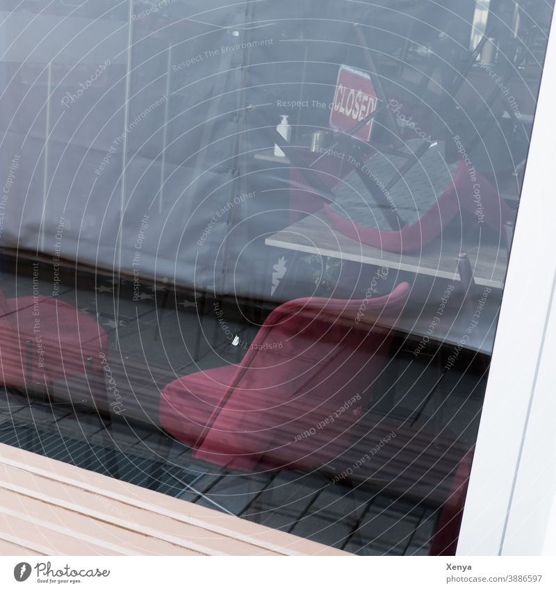 Closed - geschlossen Corona Lockdown Corona-Virus Quarantäne COVID Pandemie Geschäft Cafe Schaufenster Stühle Schild Spiegelung rot schwarz warten Teillockdown