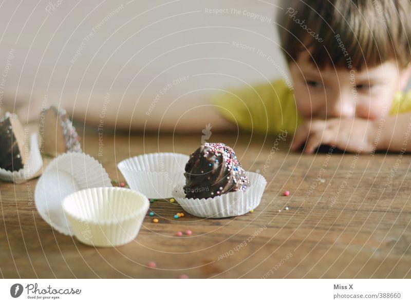 Hunger Mensch Kind Kopf Essen Lebensmittel Kindheit Lächeln Tisch Ernährung süß Kochen & Garen & Backen Neugier Appetit & Hunger Kleinkind Süßwaren lecker