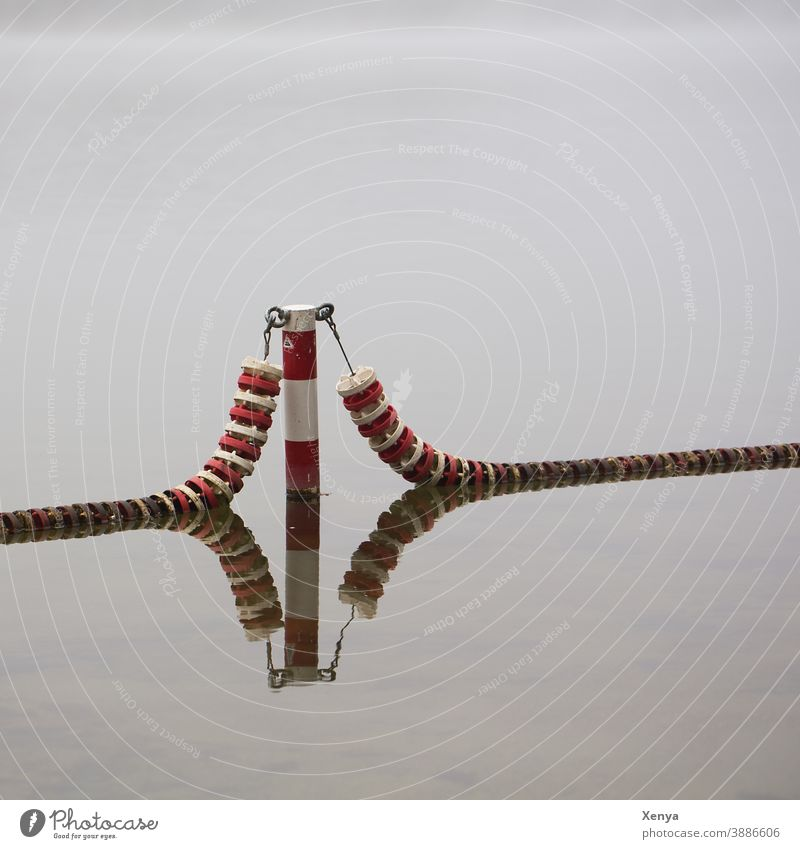 Abtrennung - See mit Spiegelung Nebel rot weiß Wasser Reflexion & Spiegelung Außenaufnahme Menschenleer gedeckte Farben grau Textfreiraum oben