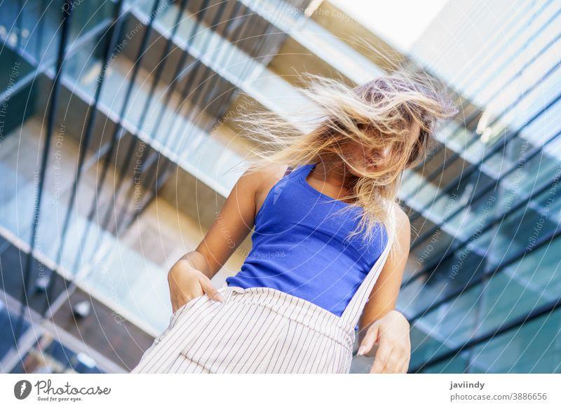 Blick von oben auf ein junges Mädchen, das sein Haar wild bewegt Frau Person Frisur Behaarung schön Großstadt im Freien Lifestyle Erwachsener urban Stil Glück