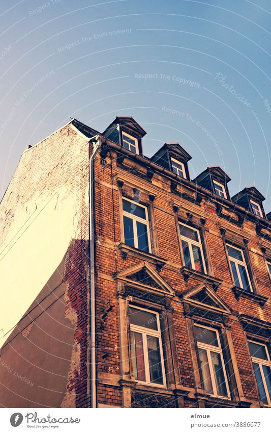 Bürgerhaus mit hohen Fenstern und Dachgauben aus der Gründerzeit - Froschperspektive / Altbau / wohnen Wohnhaus Ziegelbau marode Ziegelbauweise Architektur
