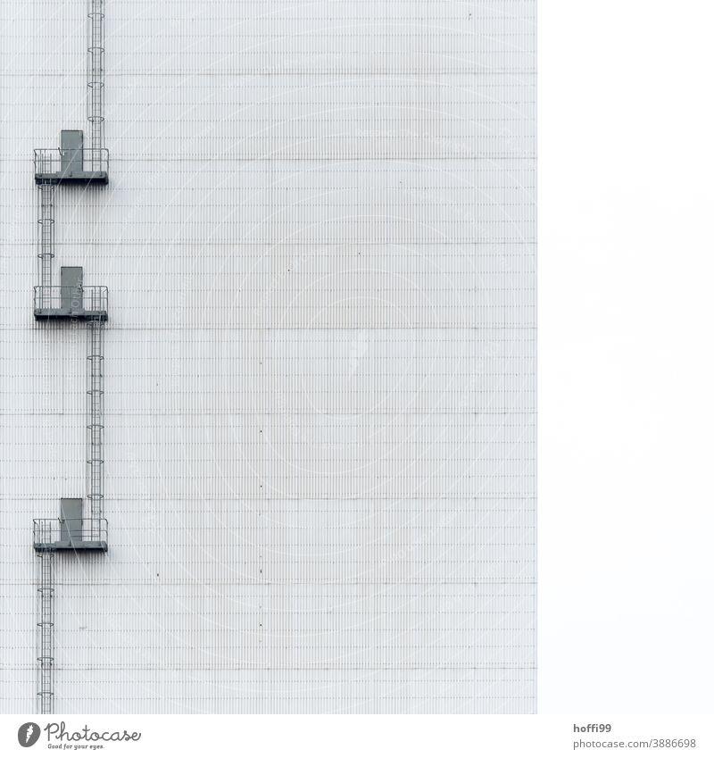 Notausgang an einem Lagerhaus Nottreppe Treppenhaus Industriefotografie Industriebau Wendeltreppe Fassade Architektur Industriebetrieb Menschenleer Gebäude