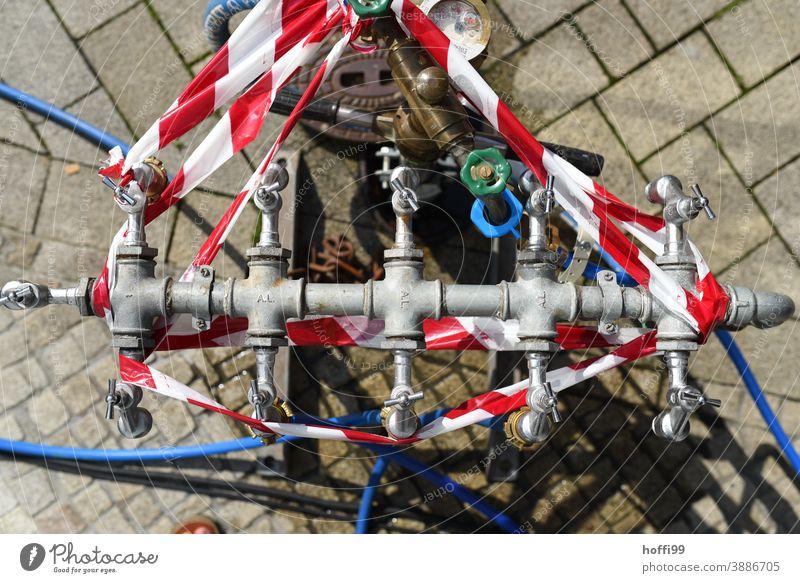 Hydrant mit Flatternband flatterband rot-weiß Absperrung Wasserversorgung Flatterband Baustelle Absperrband absperrung absperrband Sicherheit Schutz Prävention