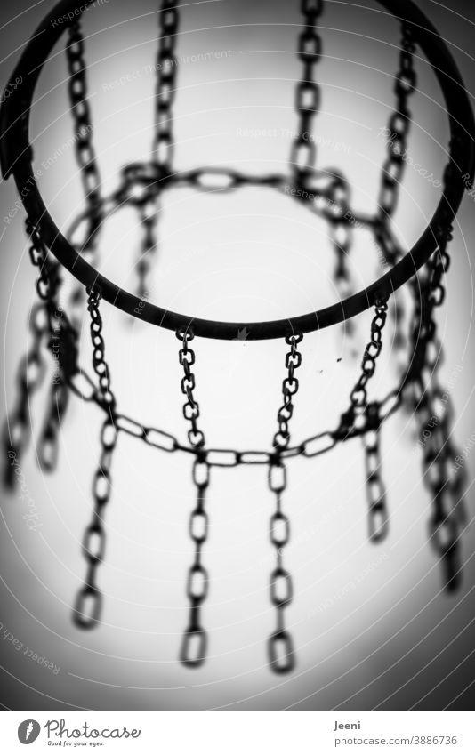 Basketballkorb in schwarzweiß vor hellem Hintergrund | Gestell und Ketten aus Metall Basketballplatz Kettenglied Korb Hintergrund neutral heller Hintergrund