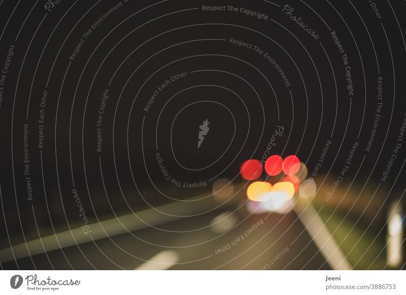 Unscharfe und verschwommene Sicht bei der Autofahrt in der Nacht | Licht der anderen Fahrzeuge blendet | Autofahrer/in ist unkonzentriert | benötigt dringend eine Brille oder Kontaktlinsen| Trunkenheit oder Drogenkonsum am Steuer | Unfallgefahr