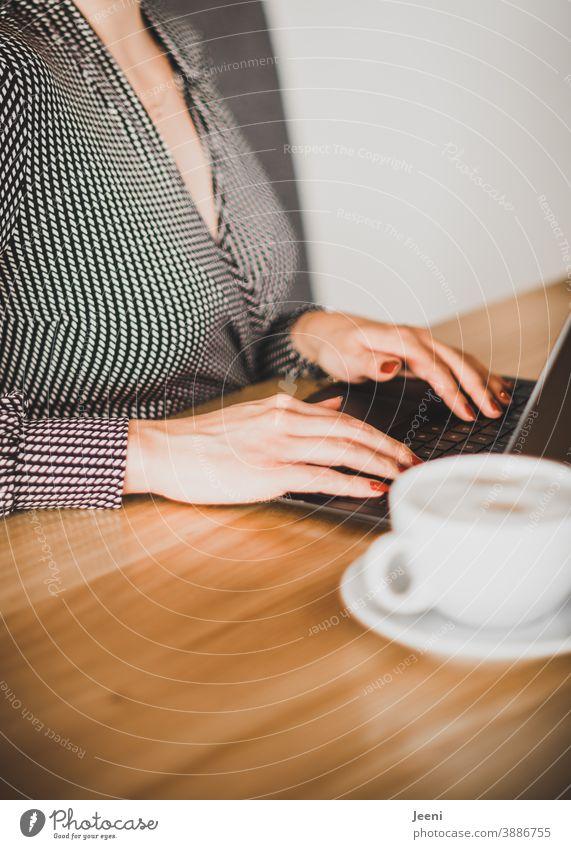Junge symphatische Geschäftsfrau - Freelancerin - arbeitet am Laptop unabhängig vom Ort arbeiten Arbeiten zu Hause arbeitende Hände Arbeiten am Arbeitsplatz