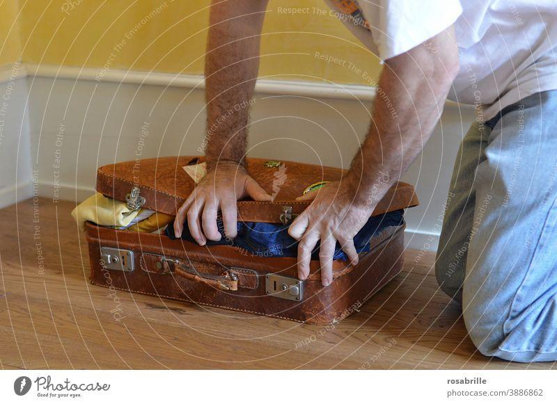 wenn man im Koffer die | Zwischenräume | nicht richtig ausfüllt packen reisen voll zu viel Vorfreude Urlaub einpacken Koffer packen Freizeit quetschen Mann