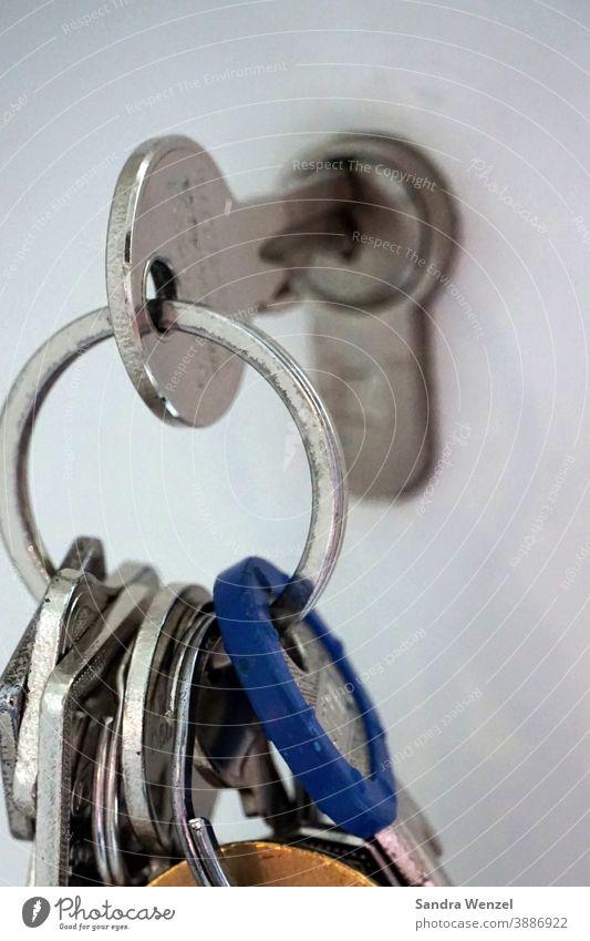 Foto vom im Schloss steckenden Schlüsselbund Schlösser SIcherheit Vorweihnachtszeit Einbrüche Einbrecher Einbruchschutz Schlüsseldienst Schlüsselnotruf