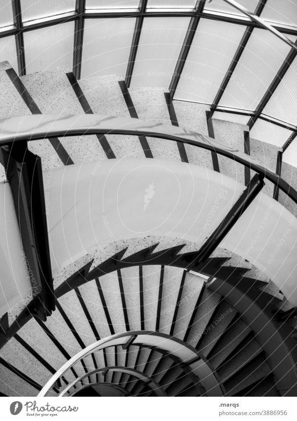 Halbe Treppe Wendeltreppe Schatten Architektur Geländer abwärts Spirale Perspektive aufsteigen hoch Abstieg Innenarchitektur