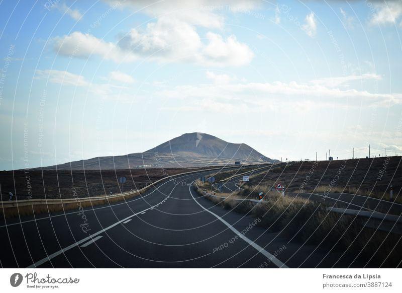 Straße nach Nirgendwo Horizont Wege & Pfade erstarrt erkaltet Lavafeld Wellen grau Ende der Welt Einsamkeit leer ausblick weit friedlich ruhig Fernweh Geologie