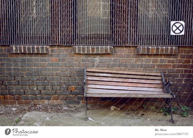 nicht hinsetzen I abgestorben Bank Fenster kaputt Mauer Haus Holzbank Wand Gebäude Verfall alt Vergänglichkeit Zerstörung Gitter Reflexion & Spiegelung