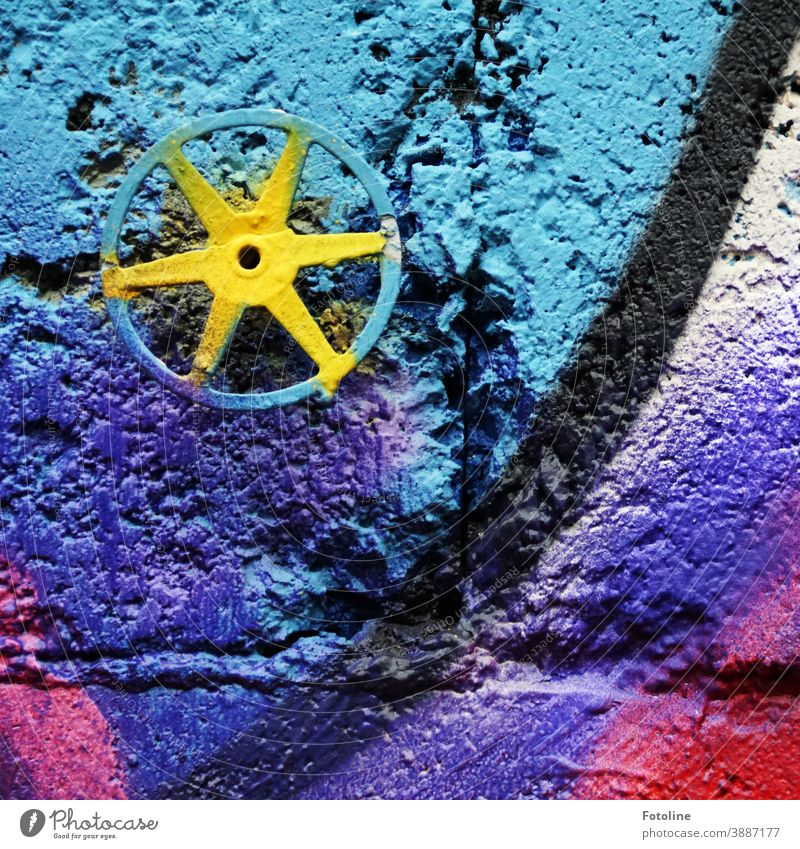 Villa Kunterbunt - oder eine bunte, mit Graffiti besprühte Wand Ziegel Farbe farbig Fassade Außenaufnahme Strukturen & Formen Bauwerk Architektur Farbfoto