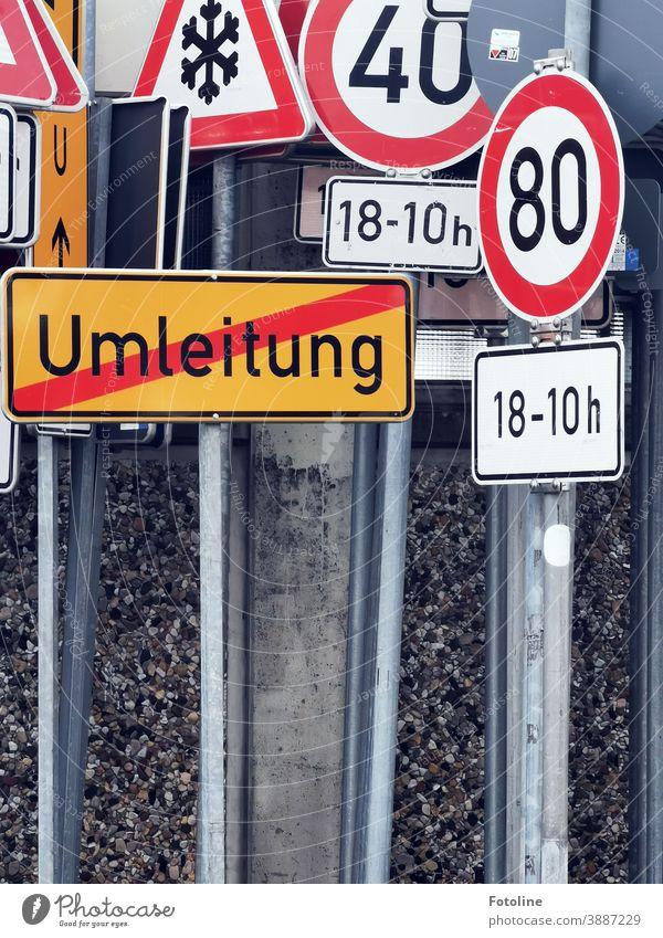Schilderwald - oder viele verschiedene Verkehrsschilder drängen sich dicht an dicht. Schilder & Markierungen Verkehrszeichen Farbfoto Außenaufnahme Menschenleer