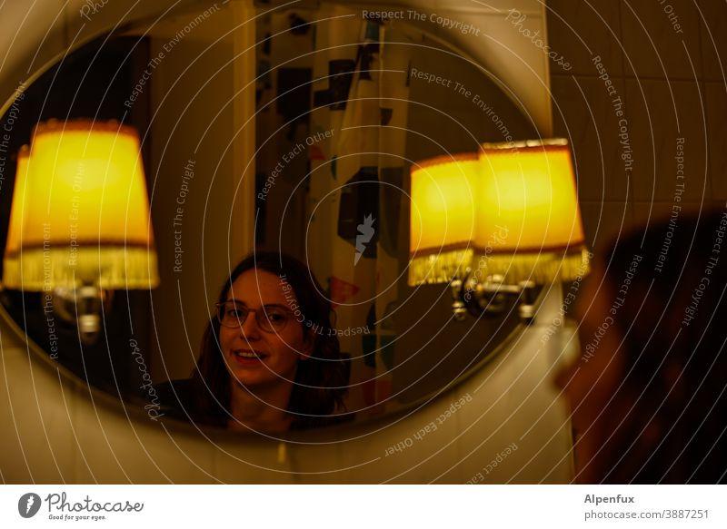 Spieglein... Spiegelbild Frau Reflexion & Spiegelung Junge Frau Blick Gesicht Jugendliche 18-30 Jahre feminin Farbfoto Innenaufnahme langhaarig Haare & Frisuren