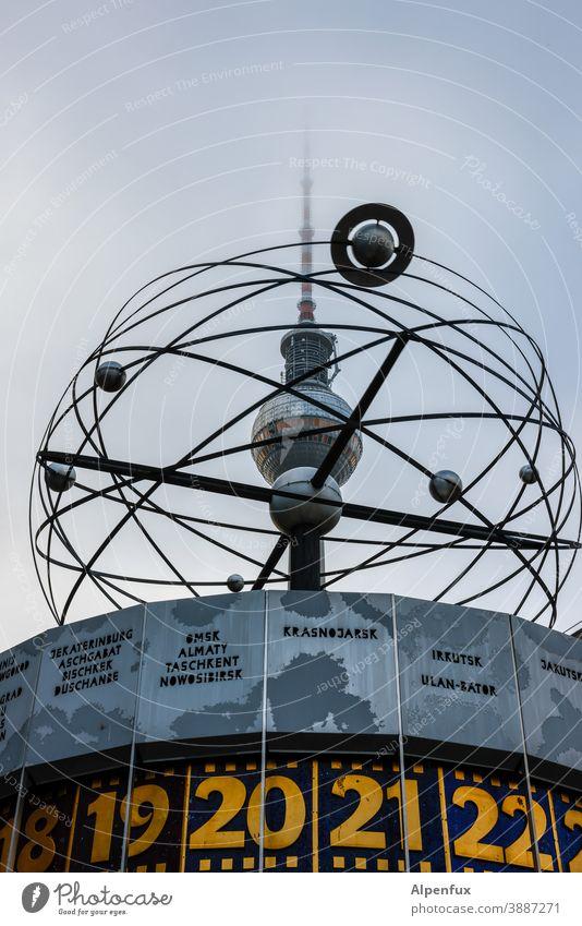 Krasnojarsk 20:30 Uhr Alexanderplatz Weltzeituhr Berlin Wahrzeichen Hauptstadt Treffpunkt Sehenswürdigkeit Ziffern & Zahlen Außenaufnahme Berliner Fernsehturm