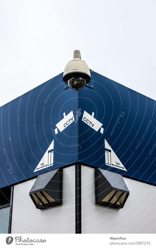 Beobachter beobachten Überwachungskamera Sicherheit Überwachungsstaat Videokamera Farbfoto Wand Außenaufnahme überwachen Kontrolle Überwachungsgerät Misstrauen