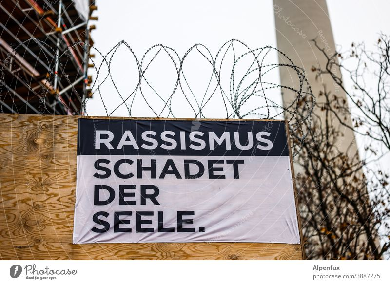 Rassismus schadet der Seele Politik & Staat Solidarität Gesellschaft (Soziologie) Verantwortung Gerechtigkeit Menschenrechte Schilder & Markierungen
