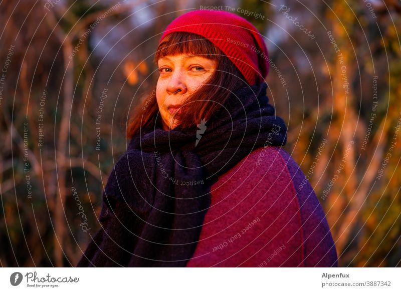 Beseelt Frau feminin Gesicht Erwachsene Haare & Frisuren glücklich Mensch Porträt Farbfoto Außenaufnahme Tag Schwache Tiefenschärfe Blick in die Kamera Glück
