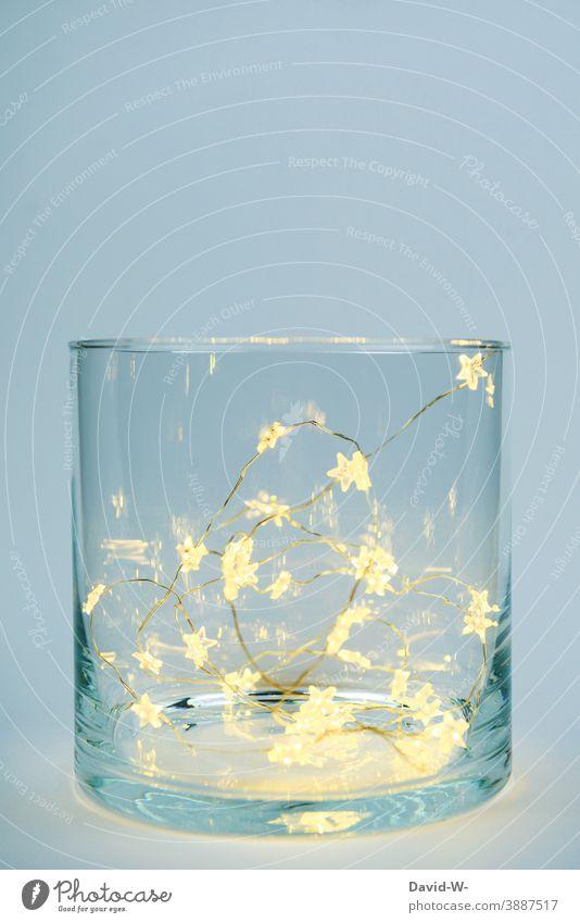 Weihnachtsdekoration - Ein Glas geüllt mit leuchtenden Sternen Lichterkette weihnachtlich festlich schön Platzhalter Weihnachten & Advent Vorfreude