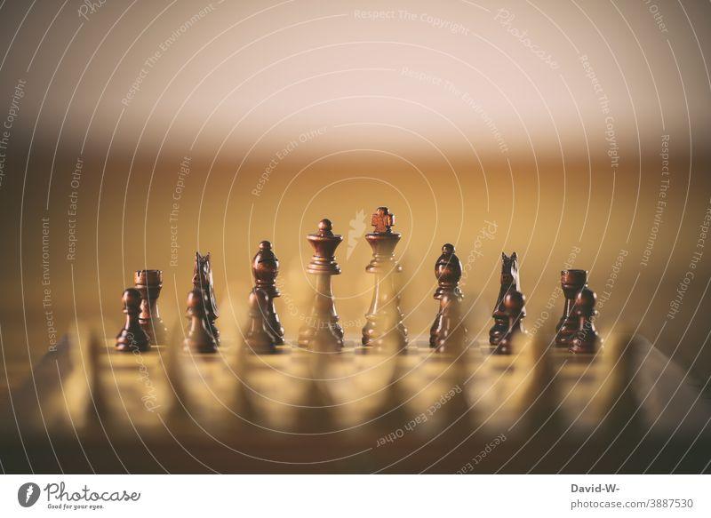 Schachbrett - Schachfiguren auf einem Schachbrett in Reih und Glied Duell Erfolg Geschicklichkeit Taktik Freizeit & Hobby Denken