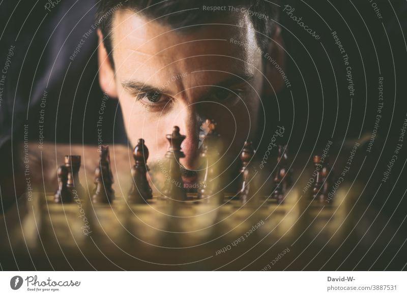 Mann spielt Schach Erfolgsaussicht Strategie konzept planung Sicherheit spielen Herausforderung Schachbrett Verstand denken Stratege ehrgeizig Duell